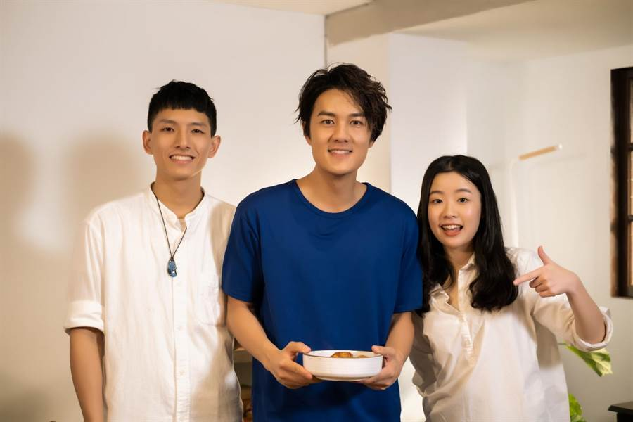 吳克群上網路節目宣傳新作品,和主持人YANG(左)、HAO(右)搞笑互動。(快樂大學頻道提供)