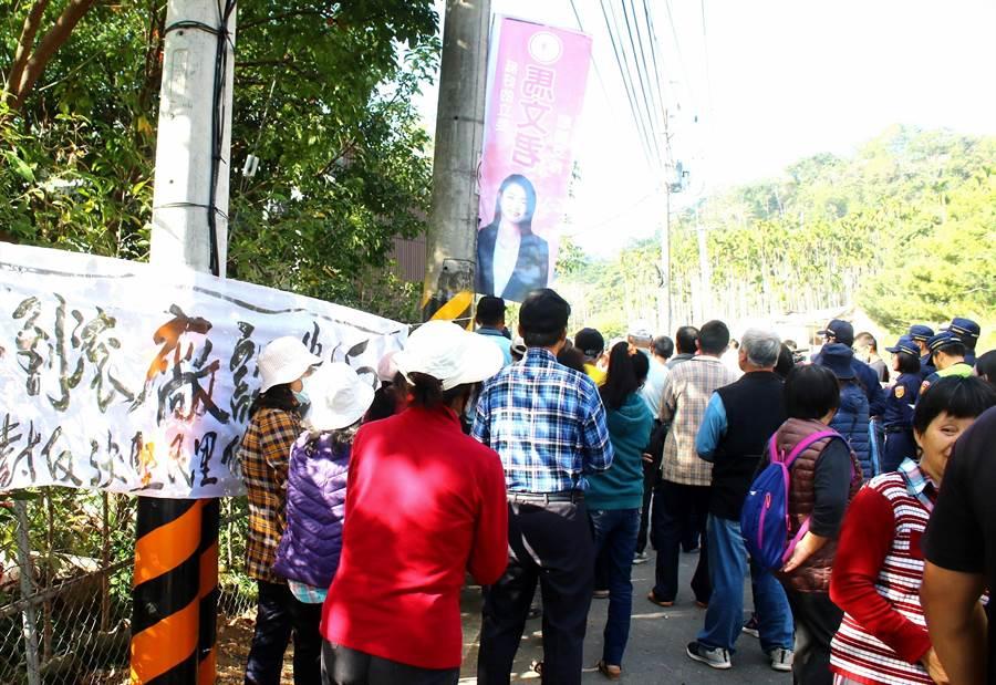 ▲埔里鎮廣成里抗議民眾及在西安路三段拉起的抗議白布條。(楊樹煌攝)