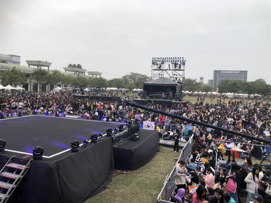 「2020台南好Young」跨年大型演唱會今晚登場,南韓超人氣團體「ASTRO」壓軸演出,粉絲們提前好幾天在搖滾區卡位。(台南市政府提供/曹婷婷台南傳真)