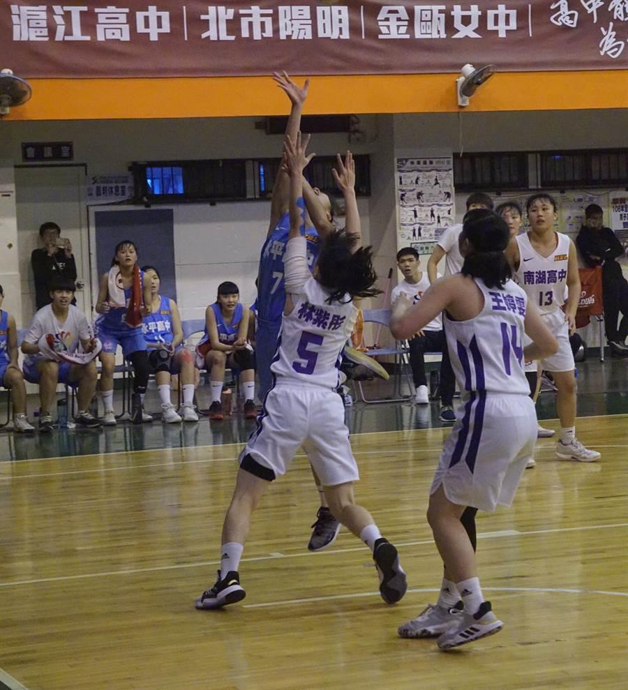 永平高中柯亭伊(左後)幫助球隊擊敗南湖高中,收下直接晉級HBL女子組8強的門票。(陳筱琳攝)