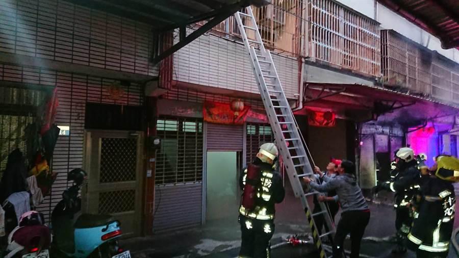 台中神岡1棟透天厝失火,濃煙不斷從火場內竄出,消防人員搶救時發現1名男子受困火場,已明顯死亡。(民眾提供/王文吉台中傳真)