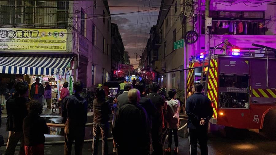 台中神岡狹窄巷弄發生透天厝失火,住戶全都衝出門關心。(民眾提供/王文吉台中傳真)