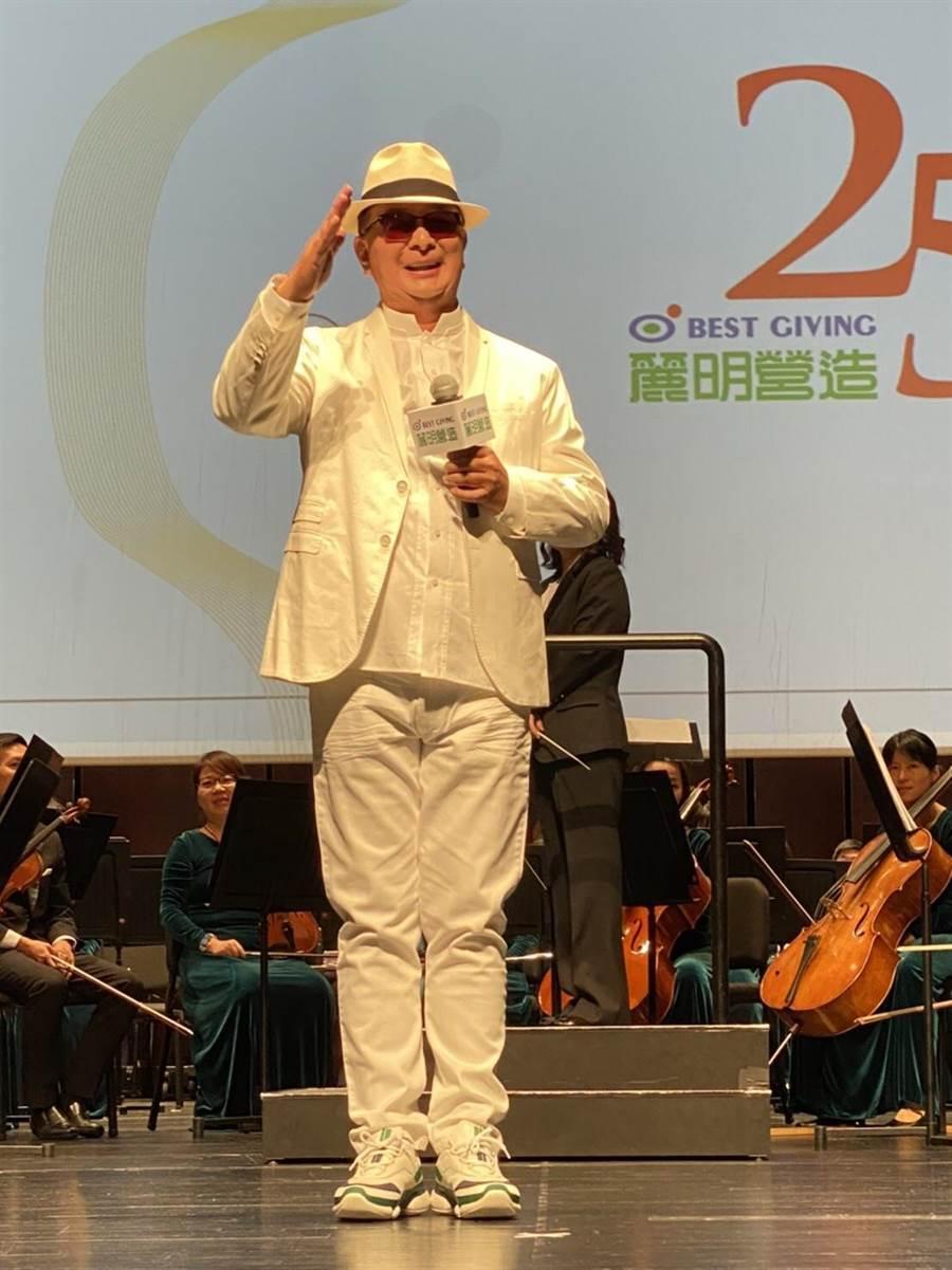 麗明營造董事長吳春山上台獻唱《快樂的出帆》、《再會夜港都》台語老歌,贏得滿堂彩。(盧金足攝)