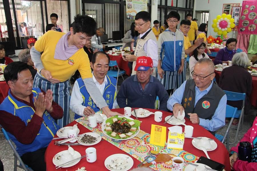 三義溫馨廚房由學子青年組成,28日辦理「溫馨補冬餐會」,寒冬送暖。(何冠嫻攝)