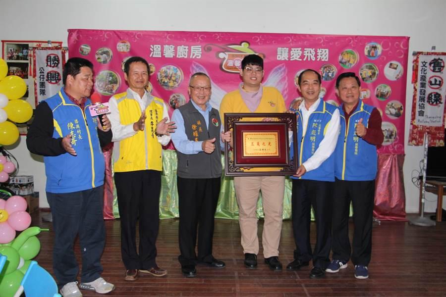 縣長徐耀昌(左三)頒獎表揚三義溫馨廚房創辦人高興(右三)的善舉。(何冠嫻攝)