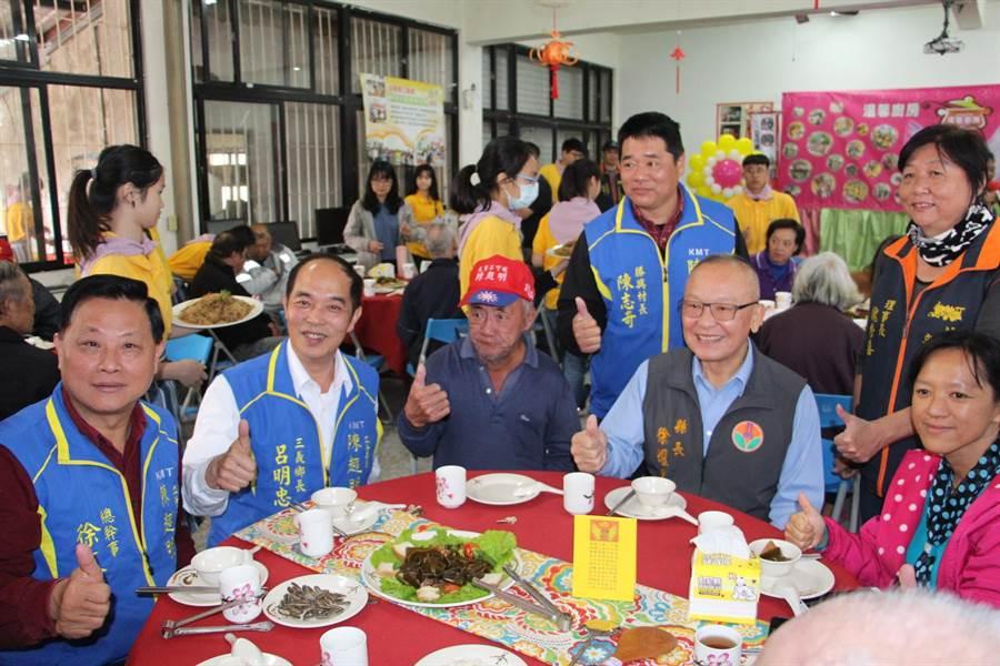 三義溫馨廚房28日辦理「溫馨補冬餐會」,溫暖長輩的心與胃。(何冠嫻攝)