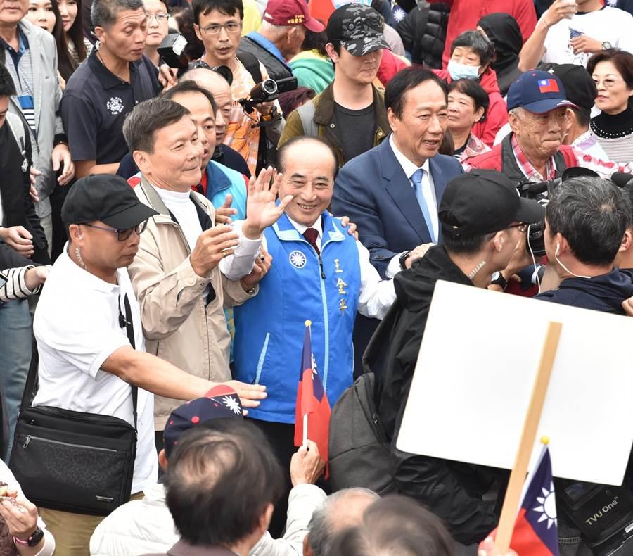 王金平與郭台銘在民眾的簇擁下步入會場。(林瑞益攝)