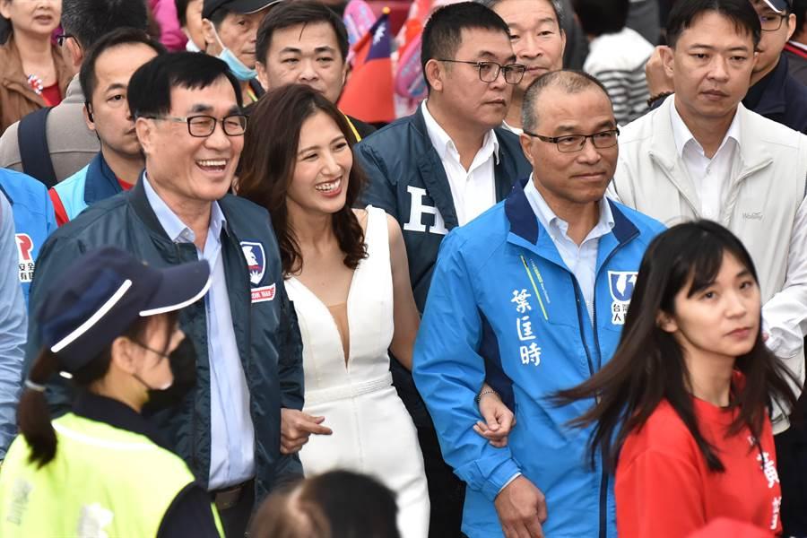 國民黨立委候選人黃韻涵穿上婚紗,表示嫁給高雄的決心。高雄市兩位副市長李四川(中排左)、葉匡時(中排右)到場相挺。(林瑞益攝)