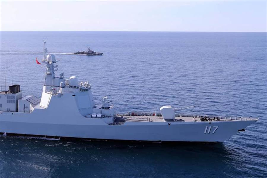 大陸、俄羅斯和伊朗海軍27日起在波斯灣出海口附近舉行聯合海上軍演。圖為參與演習的兩艘軍艦。(美聯社)