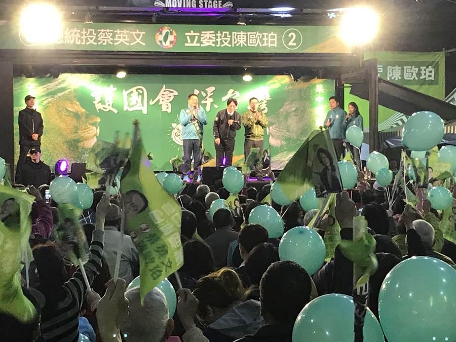 民進黨副總統候選人賴清德28日抵達宜蘭對支持群眾表示,台灣絕對不可能成為第二個香港、西藏。(胡健森攝)