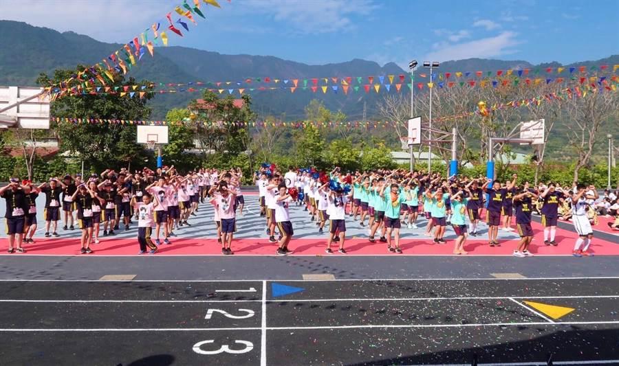 ▲國姓國中舉行校慶運動大會,學生們大跳大會舞。(楊樹煌攝)