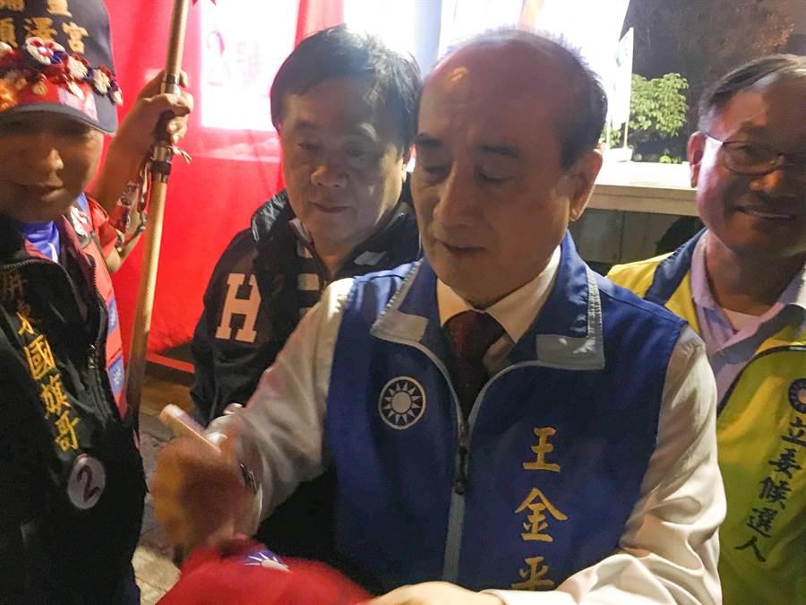 王金平在現場受到民眾熱烈歡迎,不少人要簽名。(張亦惠攝)