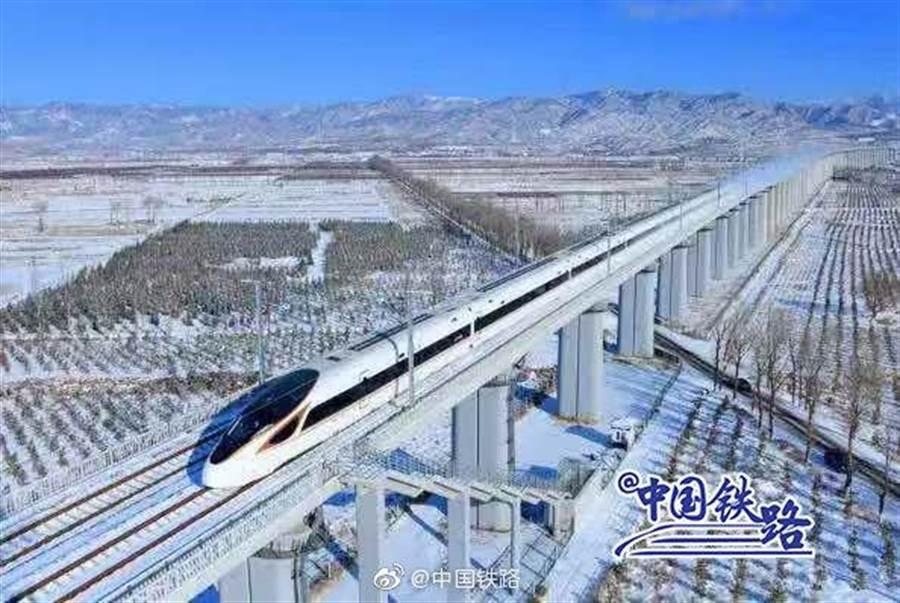 京張高速鐵路連結北京至蘭州,提供2022冬奧交通服務。(取自新浪微博@中國鐵路)