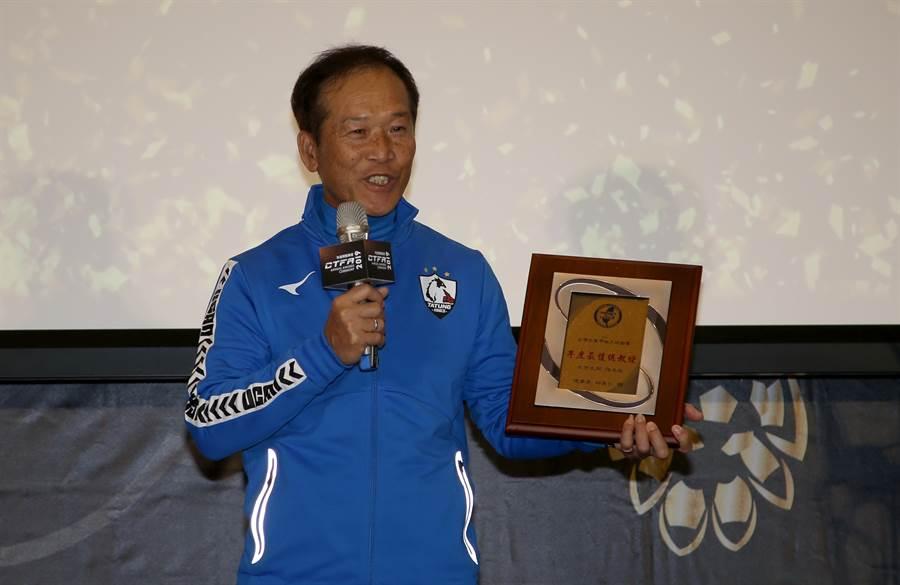 北市大同教練強木在榮膺最佳男子教練獎。(李弘斌攝)