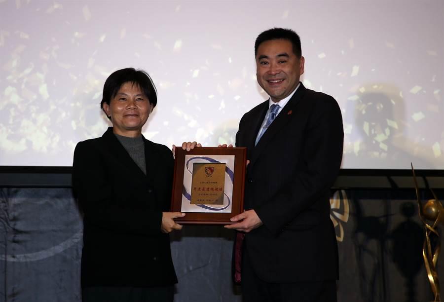 台中藍鯨呂桂花(左)獲得最佳女子教練獎。(李弘斌攝)
