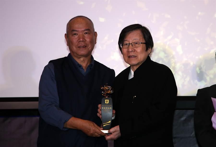 中華足協理事長邱義仁(右)頒發終身貢獻獎給台電足球隊之父謝善伍。(李弘斌攝)