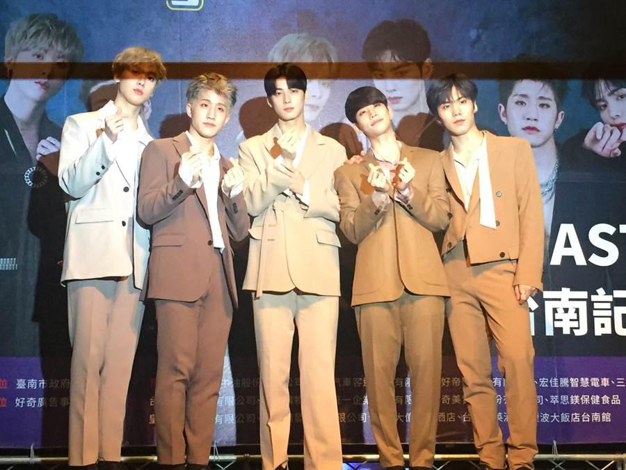 南韓超人氣男團ASTRO今晚台南跨年演唱會壓軸。(曹婷婷攝)