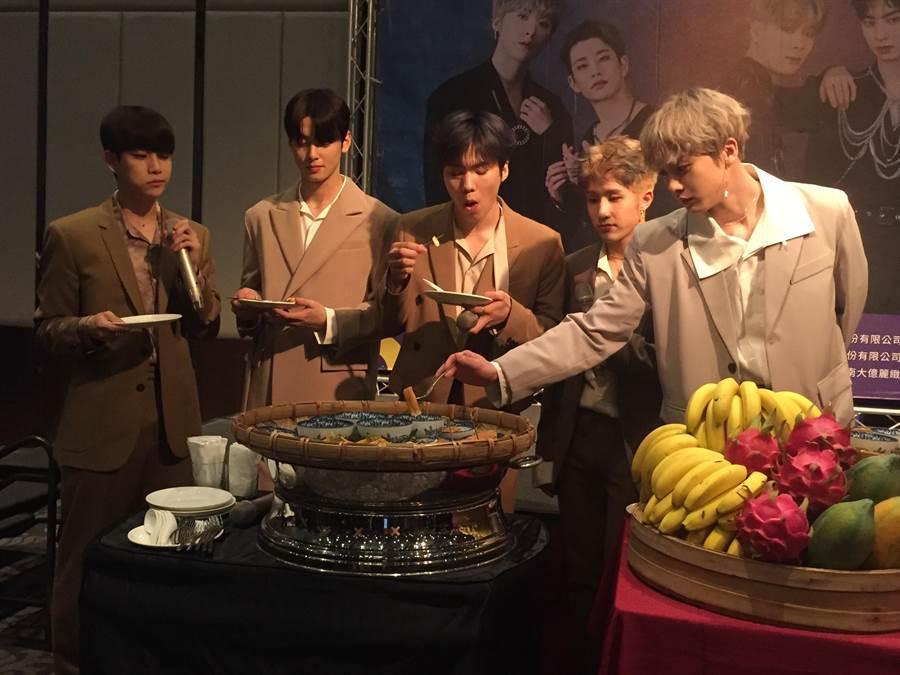 南韓超人氣男團「ASTRO」品嘗台南小吃。(曹婷婷攝)