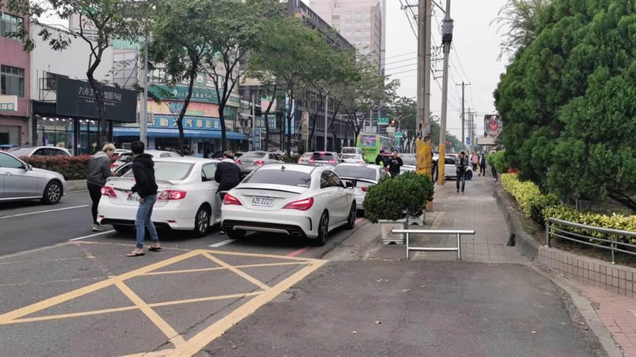 多部自小客車及數十名男子聚集在嘉義市警一分局前。(民眾提供)