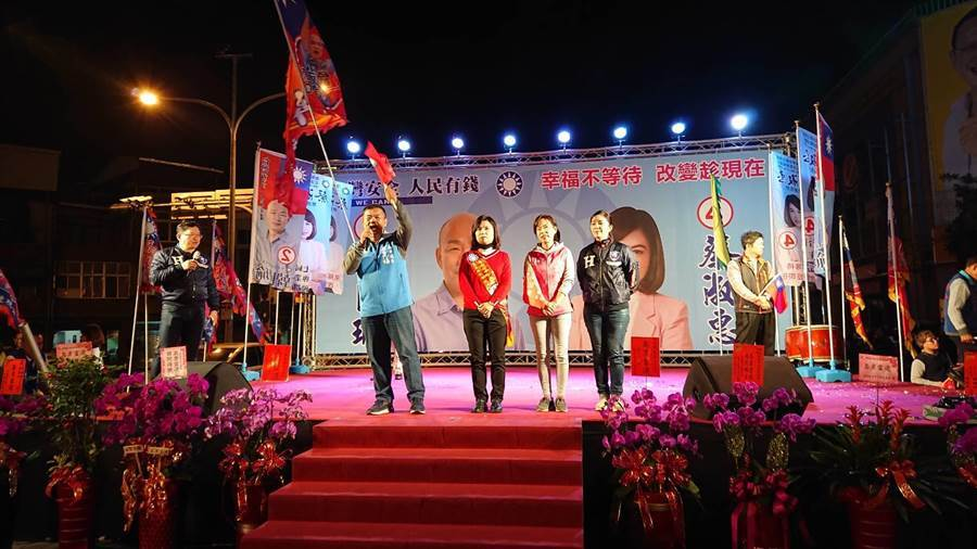 國民黨第五選區立委候選人蔡淑惠(中)與同黨議員盧崑福(左)與林美燕(右)同台,象徵國民黨大團結。(程炳璋攝)