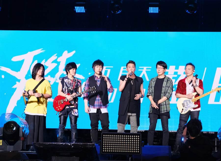"""五月天「Mayday Just Rock It!!!""""藍 BLUE""""」演唱會28日在桃園國際棒球場舉行第6場。(相信音樂提供)"""
