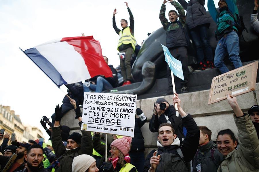 法國明年經濟表現仍難樂觀,民眾示威抗議不斷等種種難題考驗政府的危機處理能力。圖/路透