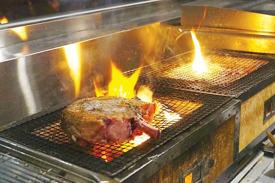 台北晶華〈ROBIN'S Grill〉牛排館直火烤牛排,主廚會以不同果木搭配炭火為牛排添香。圖/姚舜