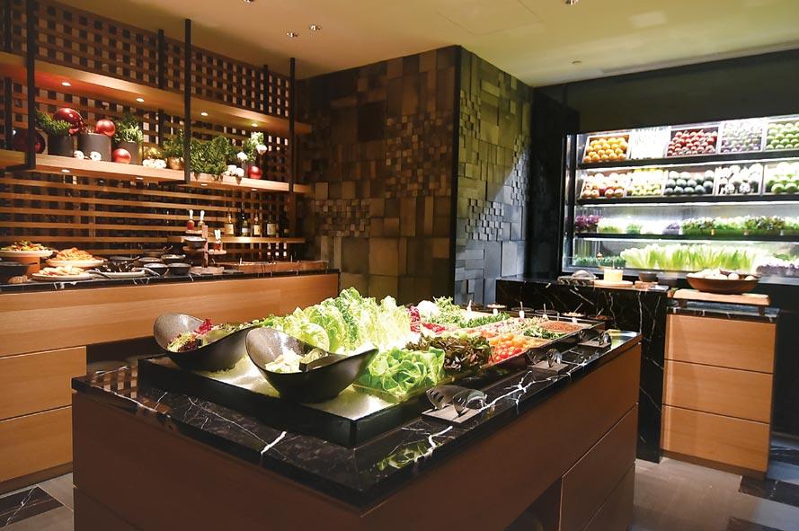 台北晶華〈ROBIN'S Grill〉牛排館的「沙拉吧區」,供應的食材與菜式內容較過去更豐富。圖/姚舜