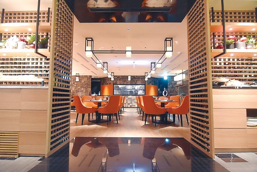 台北晶華〈ROBIN'S Grill〉牛排館全新改裝再出發,設計師以對稱方式將「沙拉吧區」和「甜點區」規畫於入口兩側。圖/姚舜