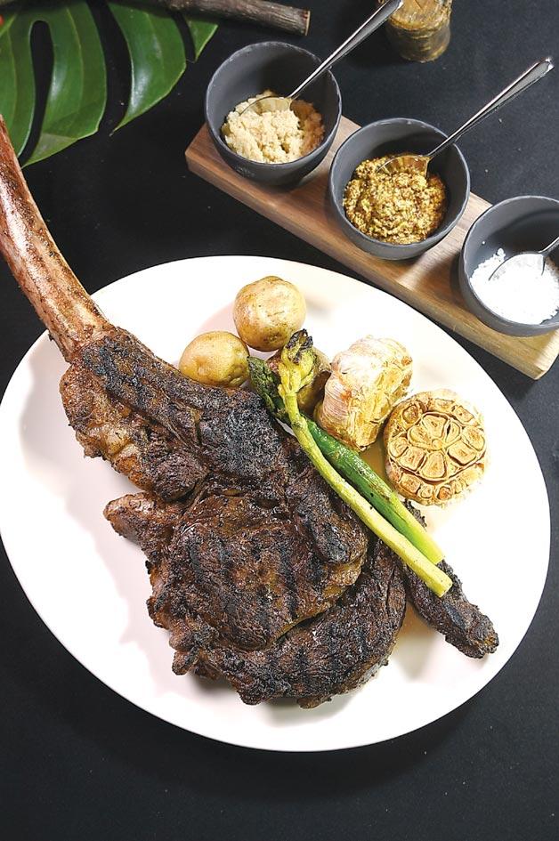 菜單全新推出「適合一個人享用的戰斧牛排」,帶骨重26盎司,去了骨頭後約18盎司。