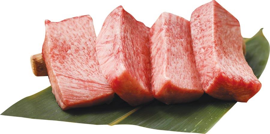 〈YKNK club〉的〈厚切牛舌〉是取舌根部位手切1.5公分,以椒鹽調味,炭烤後佐大量蔥鹽享用。圖/樂軒餐飲提供