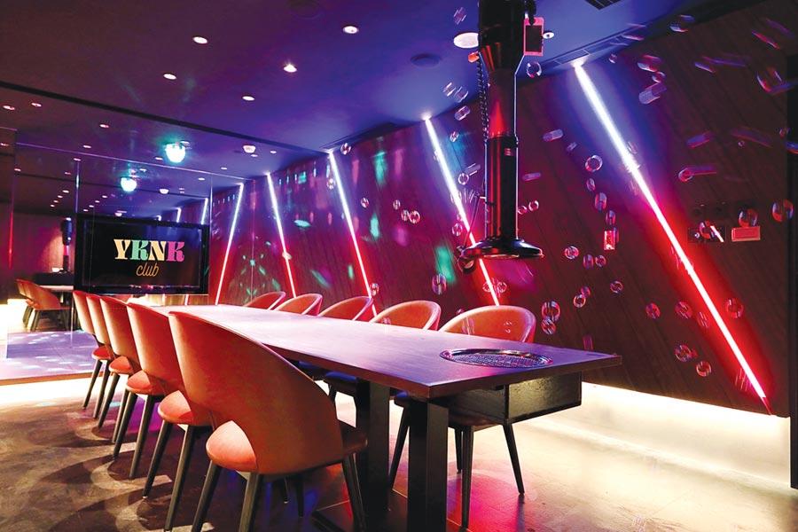 開在遠百信義A13的〈YKNK club〉,規畫有十人的KTV包廂,可在此開「燒肉趴」。圖/樂軒餐飲提供