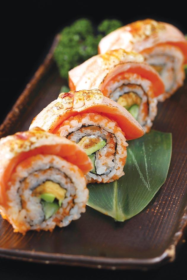 在〈YKNK club〉不只可以嘗燒肉,也可以吃到〈鮭魚加州卷〉之類的「潮食」。圖/樂軒餐飲提供