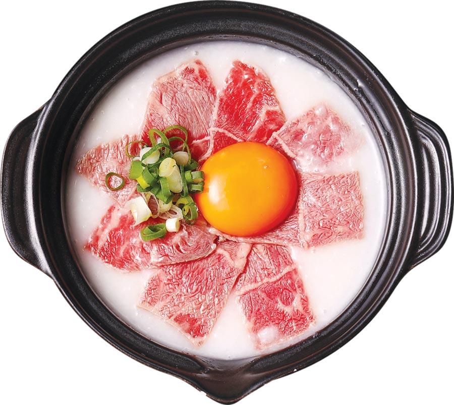 〈生滾牛肉粥〉是以美國prime級牛小排薄切鋪在滾燙白粥上,用熱粥溫度讓牛肉慢慢熟化。圖/樂軒餐飲提供