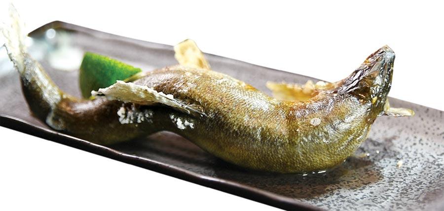 〈旭集〉的烤香魚是用炭火烤製,形色味完全不遜於獨立經營的日料餐廳。圖/姚舜