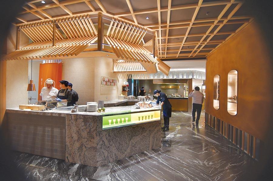 在〈旭集〉九大餐區取食,宛如置身日本美食一條街,有一種「穿街走巷」的樂趣。圖/姚舜