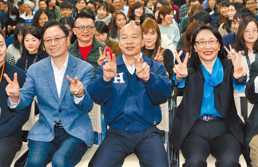 駐日代表謝長廷悄悄回台,在餐廳巧遇國民黨總統候選人韓國瑜,雙方隔空互酸。圖為韓國瑜參訪宏達電HTC新店總部,進行青年國是論壇。(趙雙傑攝)