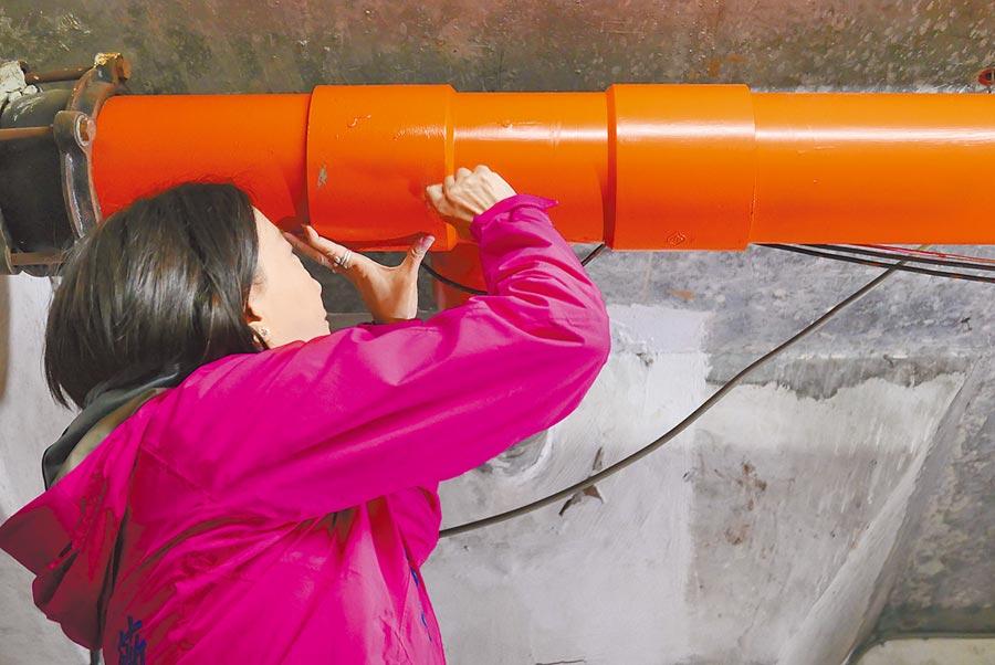台北市議員王鴻薇會勘質疑延壽P國宅包商拿不符契約規範的灰色管材安裝,之後再漆上橘色油漆蒙混過關。(陳俊雄攝)