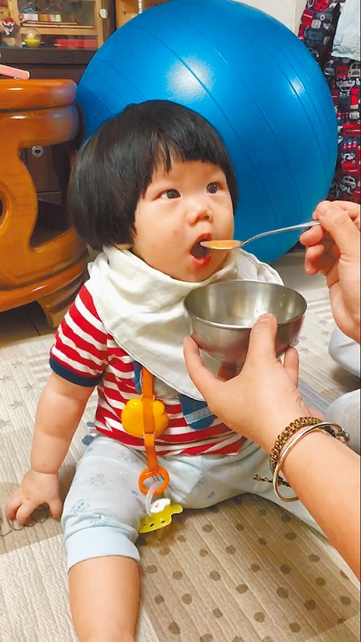 4~6個月以上寶寶可以吃副食品,餵寶寶吃果泥,不僅可攝取攝取纖維質、同時可以訓練吞嚥,較喝果汁好。(鄭郁蓁攝)