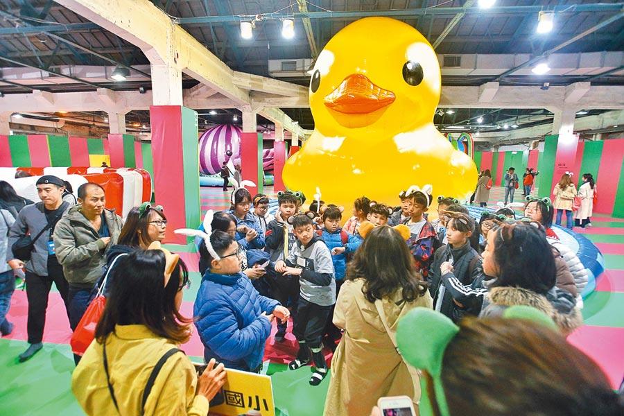荷蘭籍藝術家弗洛倫泰因霍夫曼27日起舉辦台北首次氣墊展覽「我把動物FUN大了!霍夫曼的療癒動物園」,聞名遐邇的《黃色小鴨》吸引大小朋友佇足。(杜宜諳攝)