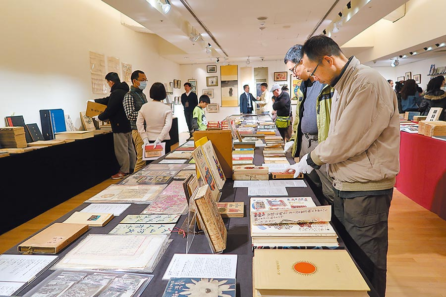29日即將舉辦的「清風似友」古書拍賣會,27日起在敦南誠品舉辦兩日預展,吸引許多民眾到場一睹少見的珍本古書。(許文貞攝)