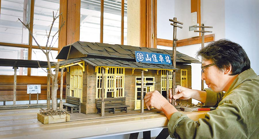 李龍泉曾以廢材打造微型的山佳車站。(人文遠雄博物館提供/李怡芸台北傳真)