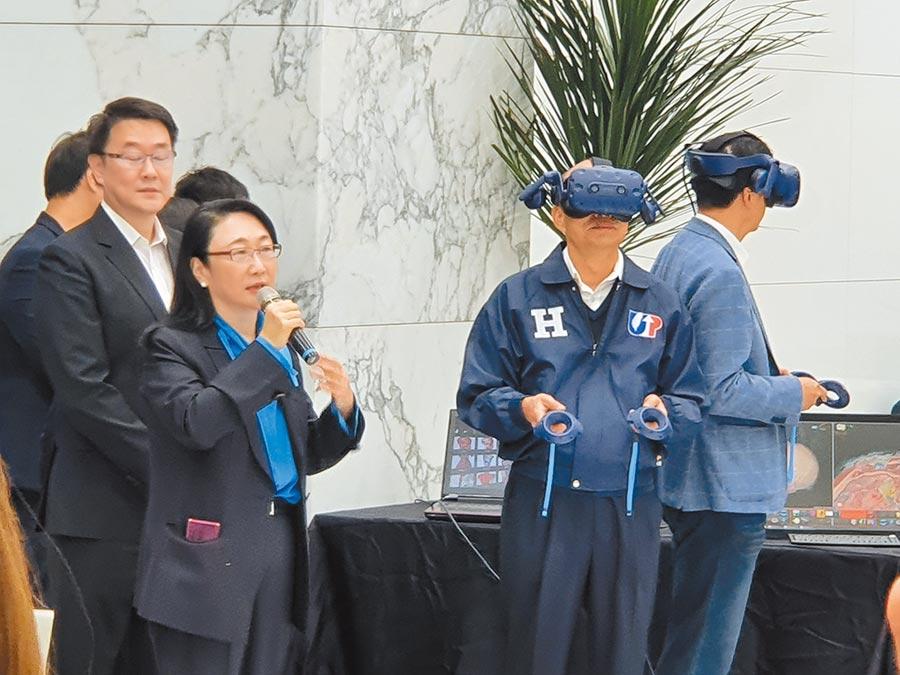 國民黨總統候選人韓國瑜(右二)27日上午偕同副總統候選人張善政(右)參訪宏達電,體驗虛擬實境。(葉書宏攝)