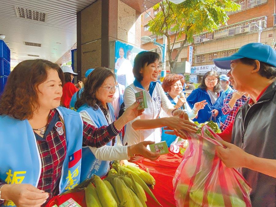 選舉忙碌同時,候選人也不忘做公益,圖為柯志恩舉行有機蔬菜愛心義賣活動,邀「歐巴尚」做公益。(柯志恩提供/葉德正新北傳真)
