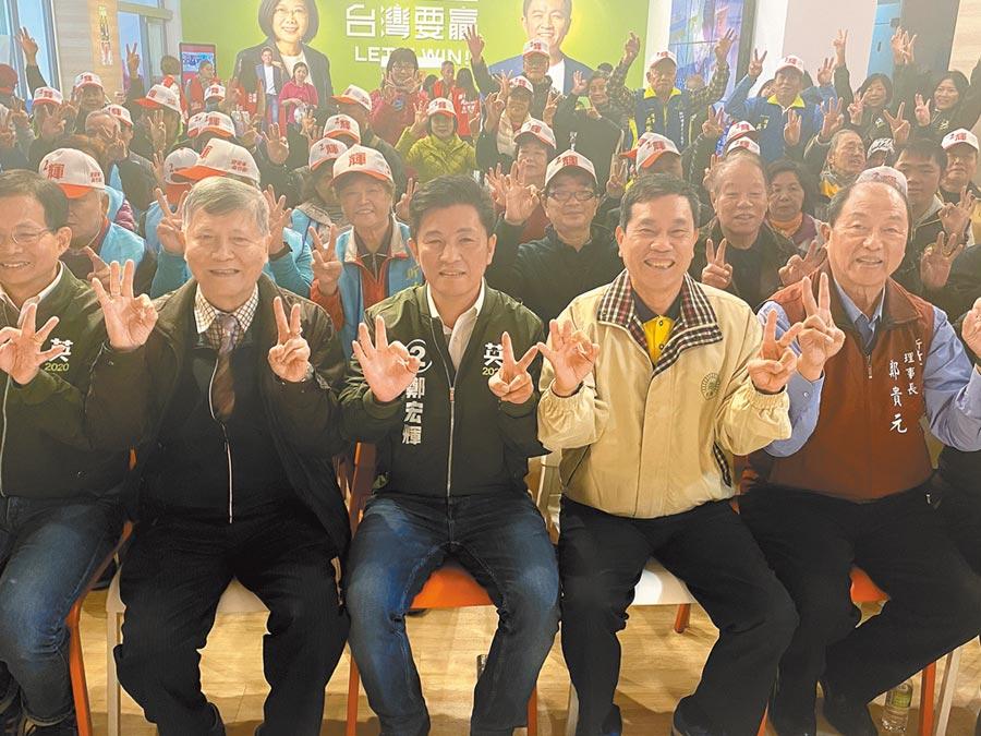 民進黨新竹市立候選人鄭宏輝(中)27日舉辦新竹市各姓宗親後援會成立大會,希望支持者集中選票力挺鄭宏輝。(陳育賢攝)
