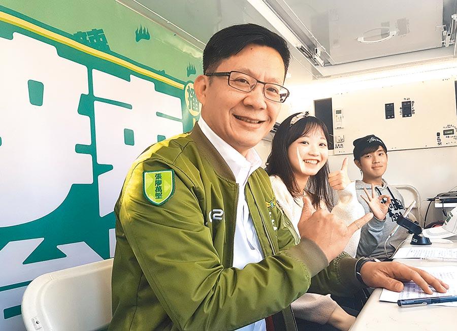 台中市第四選區民進黨立委候選人張廖萬堅(左)與「辣台號」主持人暢談西南屯景點。(盧金足攝)