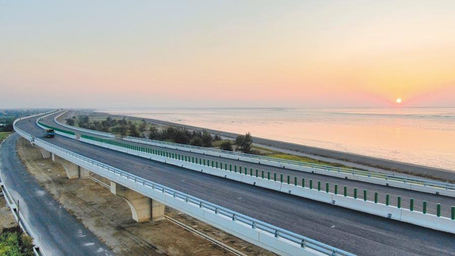 彰化西濱快速公路全線通車後,除了能讓鄉親縮短行車時間,也能透過西濱快串聯彰化西海岸所有景點。(彰化縣政府提供/吳建輝彰化傳真)
