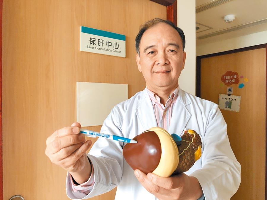 光田綜合醫院調查發現肝和肝內膽管癌是台中海線去年最奪命癌症,內科部部長暨血液腫瘤科主任柯萬盛醫師說明可能與鄉親每5人就有1人慢性肝炎「高度相關」。(王文吉攝)