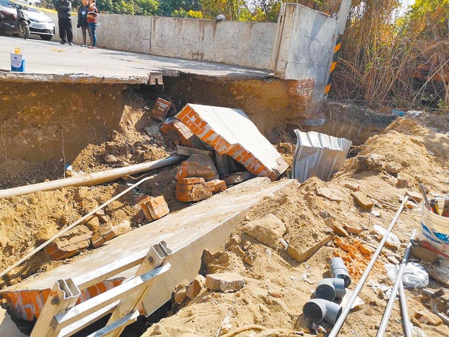 花壇鄉彰員路一段建築工地,開挖地基,緊鄰隔壁地段的圍牆地基已掏工,瞬間失去支撐,長達22公尺、寬1公尺的老舊磚牆倒塌。(吳敏菁攝)