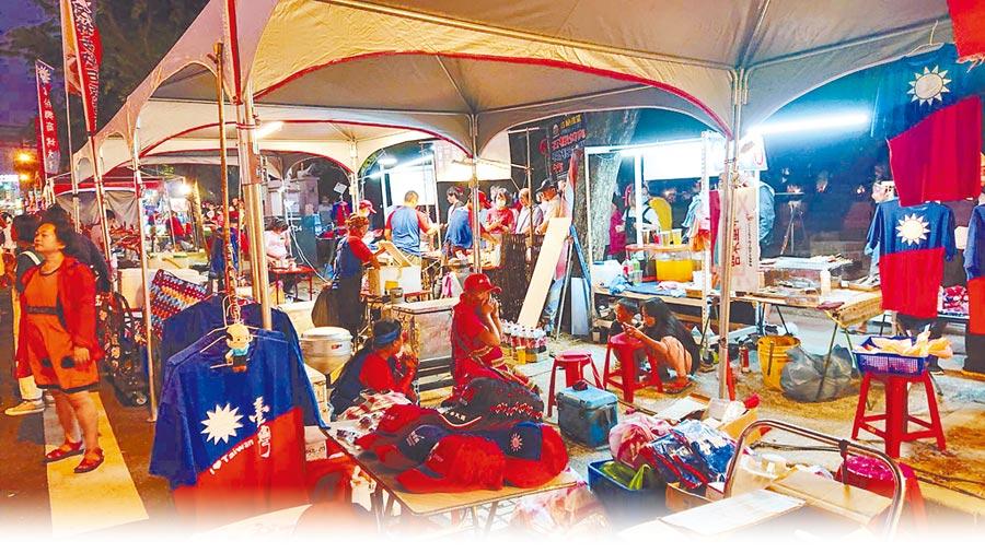 「國瑜夜市」熱賣各式韓國瑜競選小物,如國旗商品與Q版玩偶等。(本報系資料照)